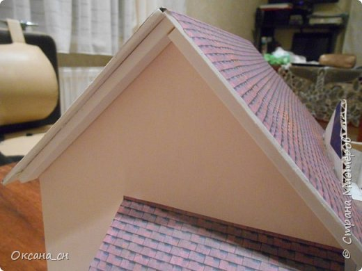 Дорогие мастера, хочу предложить небольшой МК по изготовлению макета загородного дома. Жилой дом изготовлен из картона и представляет собой двухэтажный дом с балконом, террасой, зимним садом, гаражом и выходами с двух сторон. Проект дома я взяла здесь: http://piterplan.ru/projects-of-the-houses-from-concrete/projects-2-floors/4643-nadejda-123pp.html Чтобы изготовить макет загородного жилого дома нам необходимо иметь: лист ДВП размером 45 х 32 см, толстый картон из ящиков, белый картон, двустороннюю бумагу вишневого и сине-серого цветов, распечатанные фактуры камня на фундамент, брусчатки, плитки на террасу, черепицы на крышу, водоэмульсионную краску розового цвета, канцелярский нож, клей «Титан», линейка, карандаш. Можно приступать к работе... фото 17