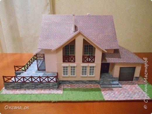 Дорогие мастера, хочу предложить небольшой МК по изготовлению макета загородного дома. Жилой дом изготовлен из картона и представляет собой двухэтажный дом с балконом, террасой, зимним садом, гаражом и выходами с двух сторон. Проект дома я взяла здесь: http://piterplan.ru/projects-of-the-houses-from-concrete/projects-2-floors/4643-nadejda-123pp.html Чтобы изготовить макет загородного жилого дома нам необходимо иметь: лист ДВП размером 45 х 32 см, толстый картон из ящиков, белый картон, двустороннюю бумагу вишневого и сине-серого цветов, распечатанные фактуры камня на фундамент, брусчатки, плитки на террасу, черепицы на крышу, водоэмульсионную краску розового цвета, канцелярский нож, клей «Титан», линейка, карандаш. Можно приступать к работе... фото 23
