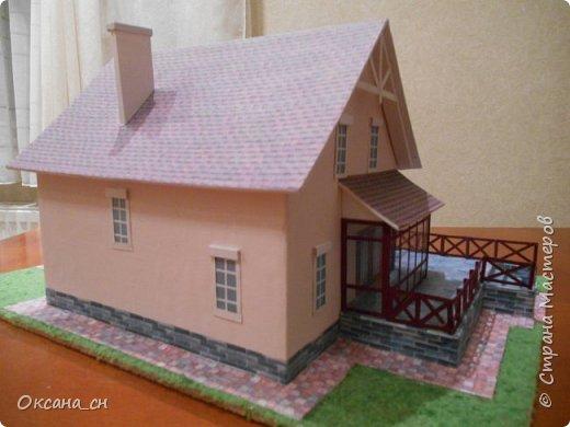Дорогие мастера, хочу предложить небольшой МК по изготовлению макета загородного дома. Жилой дом изготовлен из картона и представляет собой двухэтажный дом с балконом, террасой, зимним садом, гаражом и выходами с двух сторон. Проект дома я взяла здесь: http://piterplan.ru/projects-of-the-houses-from-concrete/projects-2-floors/4643-nadejda-123pp.html Чтобы изготовить макет загородного жилого дома нам необходимо иметь: лист ДВП размером 45 х 32 см, толстый картон из ящиков, белый картон, двустороннюю бумагу вишневого и сине-серого цветов, распечатанные фактуры камня на фундамент, брусчатки, плитки на террасу, черепицы на крышу, водоэмульсионную краску розового цвета, канцелярский нож, клей «Титан», линейка, карандаш. Можно приступать к работе... фото 18