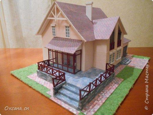 Дорогие мастера, хочу предложить небольшой МК по изготовлению макета загородного дома. Жилой дом изготовлен из картона и представляет собой двухэтажный дом с балконом, террасой, зимним садом, гаражом и выходами с двух сторон. Проект дома я взяла здесь: http://piterplan.ru/projects-of-the-houses-from-concrete/projects-2-floors/4643-nadejda-123pp.html Чтобы изготовить макет загородного жилого дома нам необходимо иметь: лист ДВП размером 45 х 32 см, толстый картон из ящиков, белый картон, двустороннюю бумагу вишневого и сине-серого цветов, распечатанные фактуры камня на фундамент, брусчатки, плитки на террасу, черепицы на крышу, водоэмульсионную краску розового цвета, канцелярский нож, клей «Титан», линейка, карандаш. Можно приступать к работе... фото 22