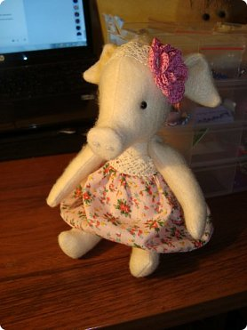 Добрый вечер!!! Раешила я вам показать немного своих новых работ... а именно кукол и игрушки... Такую куклу-снежку шила первый раз... Первая моя куколка с шариком в голове... http://stranamasterov.ru/node/1085481?t=1022 ... здесь голова набивается без шарика.... скажу трудновато мне было сделать плотную и круглую голову...  фото 13