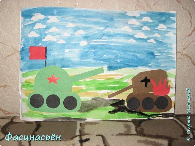 Скоро страна будет отмечать священный праздник-день Победы.К этому дню у моей мамы на работе устраивается выставка детских работ.В прошлом году мы рисовали.В рисовании ребенок не особо продвинулся,а вот аппликации очень аккуратно клеит. фото 1