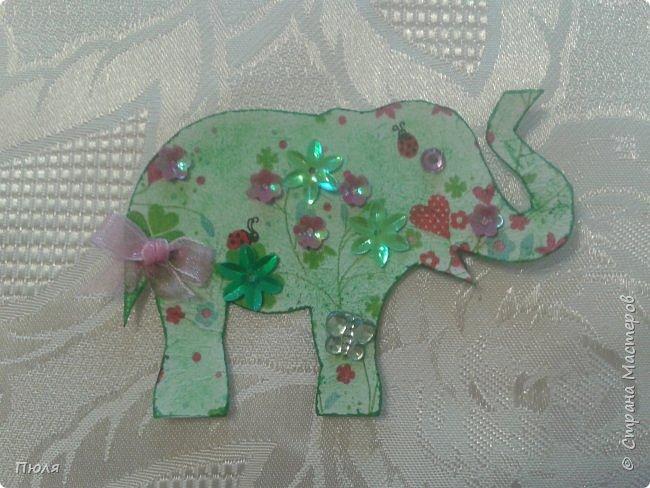 """Доброго времени суток уважаемые жители СМ!  Приглашаю вас на фестиваль слонов в Индию - такими серых гигантов видишь не каждый  день. Каждый год в городе Джайпур проходит красочный Фестиваль Слонов. Это одно из самых значительных событий Индии, на этот праздник приезжают тысячи посетителей, чтобы увидеть слонов - и молодых, и старых - в ярких одеждах, раскрашенных самым причудливым способом. Слоны играют важную роль в индийском обществе. Они присутствуют на открытиях большинства церемоний, на свадьбах, на религиозных праздниках - это огромные животные считают почетными гостями в любой день. И в день фестиваля Elephant Festival Jaipur слоны превращаются из гостей в настоящих героев события. Наездники тщательно моют своих слонов, раскрашивают красками и украшают яркими одеждами. Возможно, на западный вкус эти украшения выглядят излишне аляповато, но таковы местные традиции: на боках слонов можно увидеть целые сценки из жизни, а среди украшений - серебряные и золотые браслеты и кольца, дорогие ткани для бивней, все самое лучшее для серых гигантов.  Источник: http://www.kulturologia.ru/blogs/190815/25882/  Вот таким я увидела 3 этап совместника: http://stranamasterov.ru/node/1087039?c=favorite . Своих слоников я раскрасила """"декупажем"""" салфеток и дополнительно украсила бантиками, стразами и пайетками. На этот раз серия получилась маленькая, свой выбор могут сделать три человека, последнего слоника оставлю себе.  фото 2"""