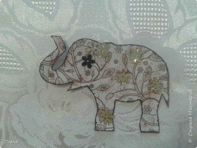 """Доброго времени суток уважаемые жители СМ!  Приглашаю вас на фестиваль слонов в Индию - такими серых гигантов видишь не каждый  день. Каждый год в городе Джайпур проходит красочный Фестиваль Слонов. Это одно из самых значительных событий Индии, на этот праздник приезжают тысячи посетителей, чтобы увидеть слонов - и молодых, и старых - в ярких одеждах, раскрашенных самым причудливым способом. Слоны играют важную роль в индийском обществе. Они присутствуют на открытиях большинства церемоний, на свадьбах, на религиозных праздниках - это огромные животные считают почетными гостями в любой день. И в день фестиваля Elephant Festival Jaipur слоны превращаются из гостей в настоящих героев события. Наездники тщательно моют своих слонов, раскрашивают красками и украшают яркими одеждами. Возможно, на западный вкус эти украшения выглядят излишне аляповато, но таковы местные традиции: на боках слонов можно увидеть целые сценки из жизни, а среди украшений - серебряные и золотые браслеты и кольца, дорогие ткани для бивней, все самое лучшее для серых гигантов.  Источник: http://www.kulturologia.ru/blogs/190815/25882/  Вот таким я увидела 3 этап совместника: https://stranamasterov.ru/node/1087039?c=favorite . Своих слоников я раскрасила """"декупажем"""" салфеток и дополнительно украсила бантиками, стразами и пайетками. На этот раз серия получилась маленькая, свой выбор могут сделать три человека, последнего слоника оставлю себе.  фото 3"""