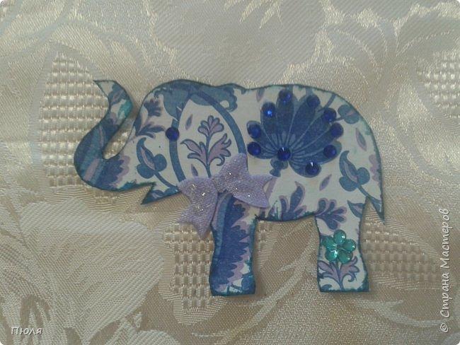 """Доброго времени суток уважаемые жители СМ!  Приглашаю вас на фестиваль слонов в Индию - такими серых гигантов видишь не каждый  день. Каждый год в городе Джайпур проходит красочный Фестиваль Слонов. Это одно из самых значительных событий Индии, на этот праздник приезжают тысячи посетителей, чтобы увидеть слонов - и молодых, и старых - в ярких одеждах, раскрашенных самым причудливым способом. Слоны играют важную роль в индийском обществе. Они присутствуют на открытиях большинства церемоний, на свадьбах, на религиозных праздниках - это огромные животные считают почетными гостями в любой день. И в день фестиваля Elephant Festival Jaipur слоны превращаются из гостей в настоящих героев события. Наездники тщательно моют своих слонов, раскрашивают красками и украшают яркими одеждами. Возможно, на западный вкус эти украшения выглядят излишне аляповато, но таковы местные традиции: на боках слонов можно увидеть целые сценки из жизни, а среди украшений - серебряные и золотые браслеты и кольца, дорогие ткани для бивней, все самое лучшее для серых гигантов.  Источник: http://www.kulturologia.ru/blogs/190815/25882/  Вот таким я увидела 3 этап совместника: http://stranamasterov.ru/node/1087039?c=favorite . Своих слоников я раскрасила """"декупажем"""" салфеток и дополнительно украсила бантиками, стразами и пайетками. На этот раз серия получилась маленькая, свой выбор могут сделать три человека, последнего слоника оставлю себе.  фото 5"""