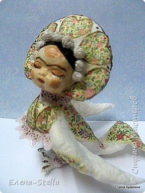 Всем Привет, добра и мира! Сегодня у меня для вас пташка по имени Фрида. Очень мне понравился ее неординарный образ. Малышка 10 см, фольга, вата и крахмал. Декор итальянская рисовая бумага. Вот такая сплюшечка получилась, легкая и с характером! фото 2