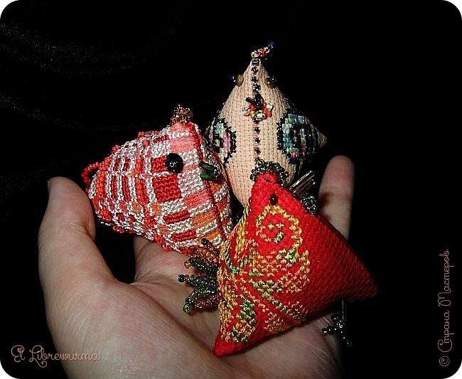 Ну не совсем они к Пасхе, начала я их вообще зимой, когда понеслась душа в кривульковый рай. На основе пирамидок-берлинго можно сделать такую живность, если приделать глазки, клювик, гребешок и хвостик из бисера. Вышивала их я, бисером обрабатывала мама в основном. фото 12