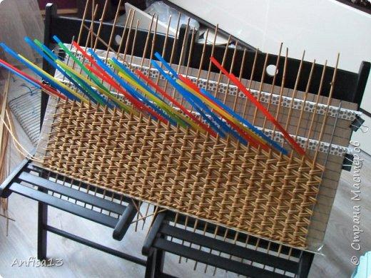 Итак, обещанный мною МК по плетению поддонов для выпечки. Или экранов….Или ажурных панелей… Или просто плоских полотен. История их создания здесь – http://stranamasterov.ru/node/1093528 Ну а для тех, кому некогда заглядывать в предыдущий пост – мне поступил заказ на плетение 6 поддонов (лотков) под выпечку, с одного края должен быть небольшой бортик- 2-2,5 см, поскольку поддоны предполагалось располагать под наклоном, бортик нужен, чтобы выпечка не съезжала с поддонов. Размеры лотков – 72 на 35 см. Цвет выбирал клиент, пожелания было одно – они не должны смотреться грубо и тяжеловесно, по возможности надо было сделать  их «воздушными» фото 13