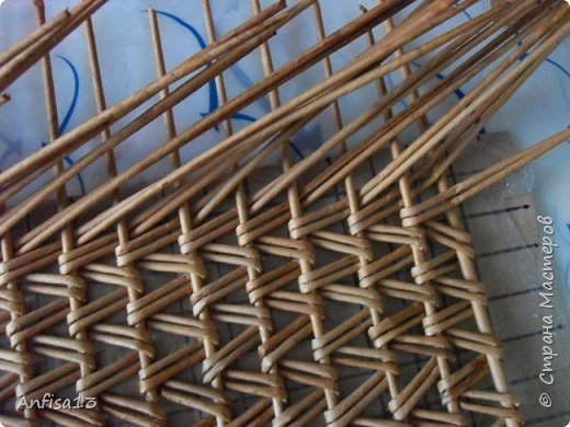 Итак, обещанный мною МК по плетению поддонов для выпечки. Или экранов….Или ажурных панелей… Или просто плоских полотен. История их создания здесь – http://stranamasterov.ru/node/1093528 Ну а для тех, кому некогда заглядывать в предыдущий пост – мне поступил заказ на плетение 6 поддонов (лотков) под выпечку, с одного края должен быть небольшой бортик- 2-2,5 см, поскольку поддоны предполагалось располагать под наклоном, бортик нужен, чтобы выпечка не съезжала с поддонов. Размеры лотков – 72 на 35 см. Цвет выбирал клиент, пожелания было одно – они не должны смотреться грубо и тяжеловесно, по возможности надо было сделать  их «воздушными» фото 14