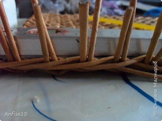 Итак, обещанный мною МК по плетению поддонов для выпечки. Или экранов….Или ажурных панелей… Или просто плоских полотен. История их создания здесь – http://stranamasterov.ru/node/1093528 Ну а для тех, кому некогда заглядывать в предыдущий пост – мне поступил заказ на плетение 6 поддонов (лотков) под выпечку, с одного края должен быть небольшой бортик- 2-2,5 см, поскольку поддоны предполагалось располагать под наклоном, бортик нужен, чтобы выпечка не съезжала с поддонов. Размеры лотков – 72 на 35 см. Цвет выбирал клиент, пожелания было одно – они не должны смотреться грубо и тяжеловесно, по возможности надо было сделать  их «воздушными» фото 24