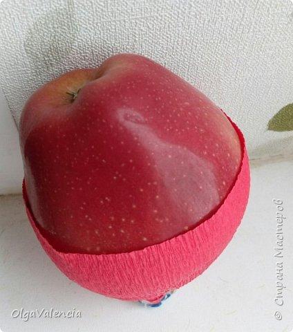 Сделала небольшой мк по креплению в данном случае яблок. Я категорически против прокалывания фруктов, хотя на эти букеты давненько посматриваю. Уж очень красиво! Но..Я за гигиеничность. Ставлю себя на место заказчика и понимаю, что я не только бы есть не стала такие фрукты, но и не заказала бы, не будь уверена в чистоте. Это только мое  мнение.знаю, что есть и другие фото 6