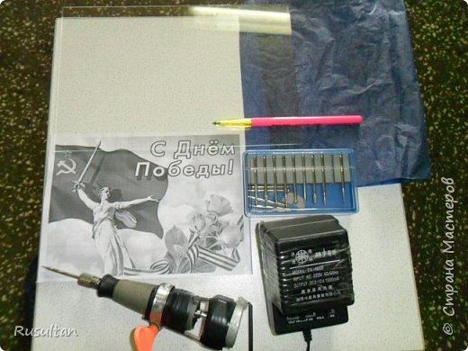 Здесь у меня стекло, распечатанный рисунок ч/б формате, обычная копирка, самодельная машинка, ручка и насадки. фото 1