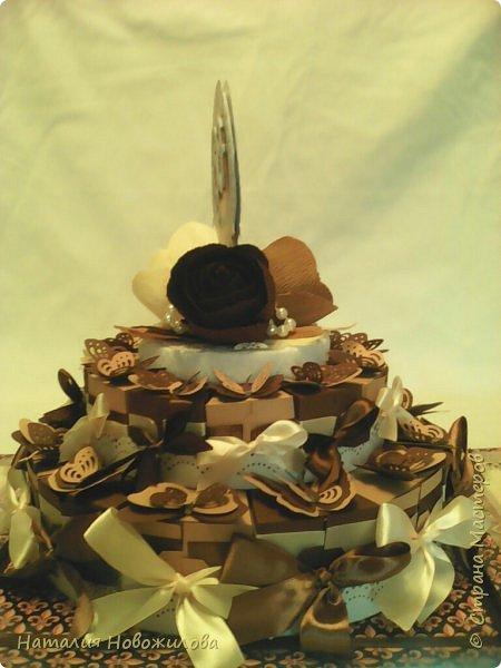 Доброго всем времени суток, дорогие жители Страны Мастеров! Я к вам с новой своей работой: Юбилейный торт с пожеланиями и сюрпризами. Снова выполняла заказ мужа на юбилей завуча в школе, где он работает. Мои вдохновители: ЛариSSSа http://stranamasterov.ru/node/800275?c=favorite ;  ZanTa http://stranamasterov.ru/node/1033500?c=favorite, спасибо огромное за подробные фото. Это мой второй тортик такого плана, но тогда я делала на свадьбу одноклассника Тортик для новобрачных http://stranamasterov.ru/node/871741 Тортик состоит из 24 кусочков и соответственно 24 пожеланий и презентиков, расположенных в два яруса - маленький и большой. Кусочки отличаются по размеру и цвету, светло коричневые и темно коричневые, вырезаны из бумаги для пастели. Размер большого кусочка - лист А4, маленького - А5. Бабочки тоже из этой бумаги. Кусочки обклеены атласными лентами бежевого и коричневого цвета. Ленты клеила на узкий двусторонний скотч, очень удобно, чисто и аккуратно получается, а главное быстро. фото 4
