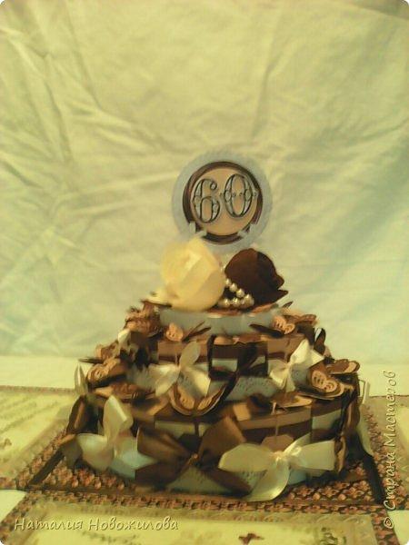 Доброго всем времени суток, дорогие жители Страны Мастеров! Я к вам с новой своей работой: Юбилейный торт с пожеланиями и сюрпризами. Снова выполняла заказ мужа на юбилей завуча в школе, где он работает. Мои вдохновители: ЛариSSSа http://stranamasterov.ru/node/800275?c=favorite ;  ZanTa http://stranamasterov.ru/node/1033500?c=favorite, спасибо огромное за подробные фото. Это мой второй тортик такого плана, но тогда я делала на свадьбу одноклассника Тортик для новобрачных http://stranamasterov.ru/node/871741 Тортик состоит из 24 кусочков и соответственно 24 пожеланий и презентиков, расположенных в два яруса - маленький и большой. Кусочки отличаются по размеру и цвету, светло коричневые и темно коричневые, вырезаны из бумаги для пастели. Размер большого кусочка - лист А4, маленького - А5. Бабочки тоже из этой бумаги. Кусочки обклеены атласными лентами бежевого и коричневого цвета. Ленты клеила на узкий двусторонний скотч, очень удобно, чисто и аккуратно получается, а главное быстро. фото 5