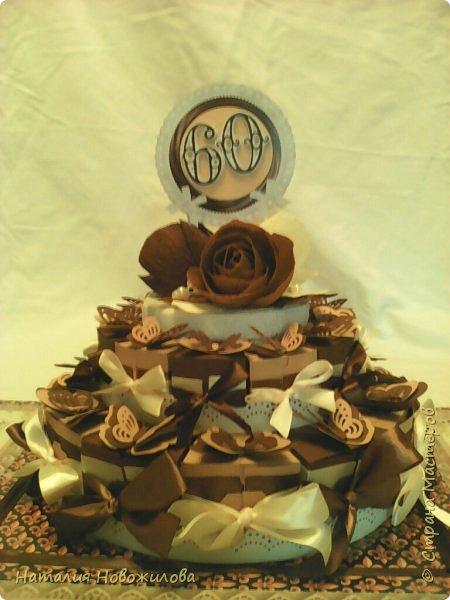 Доброго всем времени суток, дорогие жители Страны Мастеров! Я к вам с новой своей работой: Юбилейный торт с пожеланиями и сюрпризами. Снова выполняла заказ мужа на юбилей завуча в школе, где он работает. Мои вдохновители: ЛариSSSа http://stranamasterov.ru/node/800275?c=favorite ;  ZanTa http://stranamasterov.ru/node/1033500?c=favorite, спасибо огромное за подробные фото. Это мой второй тортик такого плана, но тогда я делала на свадьбу одноклассника Тортик для новобрачных http://stranamasterov.ru/node/871741 Тортик состоит из 24 кусочков и соответственно 24 пожеланий и презентиков, расположенных в два яруса - маленький и большой. Кусочки отличаются по размеру и цвету, светло коричневые и темно коричневые, вырезаны из бумаги для пастели. Размер большого кусочка - лист А4, маленького - А5. Бабочки тоже из этой бумаги. Кусочки обклеены атласными лентами бежевого и коричневого цвета. Ленты клеила на узкий двусторонний скотч, очень удобно, чисто и аккуратно получается, а главное быстро. фото 1