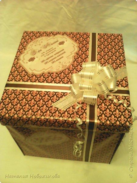 Доброго всем времени суток, дорогие жители Страны Мастеров! Я к вам с новой своей работой: Юбилейный торт с пожеланиями и сюрпризами. Снова выполняла заказ мужа на юбилей завуча в школе, где он работает. Мои вдохновители: ЛариSSSа http://stranamasterov.ru/node/800275?c=favorite ;  ZanTa http://stranamasterov.ru/node/1033500?c=favorite, спасибо огромное за подробные фото. Это мой второй тортик такого плана, но тогда я делала на свадьбу одноклассника Тортик для новобрачных http://stranamasterov.ru/node/871741 Тортик состоит из 24 кусочков и соответственно 24 пожеланий и презентиков, расположенных в два яруса - маленький и большой. Кусочки отличаются по размеру и цвету, светло коричневые и темно коричневые, вырезаны из бумаги для пастели. Размер большого кусочка - лист А4, маленького - А5. Бабочки тоже из этой бумаги. Кусочки обклеены атласными лентами бежевого и коричневого цвета. Ленты клеила на узкий двусторонний скотч, очень удобно, чисто и аккуратно получается, а главное быстро. фото 6
