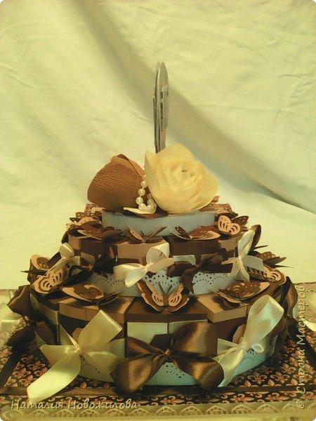 Доброго всем времени суток, дорогие жители Страны Мастеров! Я к вам с новой своей работой: Юбилейный торт с пожеланиями и сюрпризами. Снова выполняла заказ мужа на юбилей завуча в школе, где он работает. Мои вдохновители: ЛариSSSа http://stranamasterov.ru/node/800275?c=favorite ;  ZanTa http://stranamasterov.ru/node/1033500?c=favorite, спасибо огромное за подробные фото. Это мой второй тортик такого плана, но тогда я делала на свадьбу одноклассника Тортик для новобрачных http://stranamasterov.ru/node/871741 Тортик состоит из 24 кусочков и соответственно 24 пожеланий и презентиков, расположенных в два яруса - маленький и большой. Кусочки отличаются по размеру и цвету, светло коричневые и темно коричневые, вырезаны из бумаги для пастели. Размер большого кусочка - лист А4, маленького - А5. Бабочки тоже из этой бумаги. Кусочки обклеены атласными лентами бежевого и коричневого цвета. Ленты клеила на узкий двусторонний скотч, очень удобно, чисто и аккуратно получается, а главное быстро. фото 2