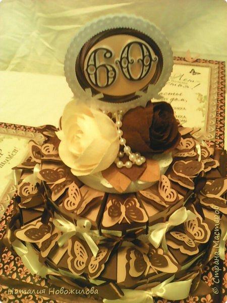Доброго всем времени суток, дорогие жители Страны Мастеров! Я к вам с новой своей работой: Юбилейный торт с пожеланиями и сюрпризами. Снова выполняла заказ мужа на юбилей завуча в школе, где он работает. Мои вдохновители: ЛариSSSа http://stranamasterov.ru/node/800275?c=favorite ;  ZanTa http://stranamasterov.ru/node/1033500?c=favorite, спасибо огромное за подробные фото. Это мой второй тортик такого плана, но тогда я делала на свадьбу одноклассника Тортик для новобрачных http://stranamasterov.ru/node/871741 Тортик состоит из 24 кусочков и соответственно 24 пожеланий и презентиков, расположенных в два яруса - маленький и большой. Кусочки отличаются по размеру и цвету, светло коричневые и темно коричневые, вырезаны из бумаги для пастели. Размер большого кусочка - лист А4, маленького - А5. Бабочки тоже из этой бумаги. Кусочки обклеены атласными лентами бежевого и коричневого цвета. Ленты клеила на узкий двусторонний скотч, очень удобно, чисто и аккуратно получается, а главное быстро. фото 3
