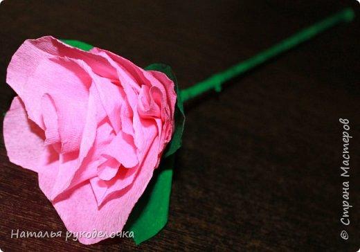 Добрый день, Страна мастеров! Дочка, ей 6 лет, сделала вот такую розочку из гофрированной бумаги.  фото 3