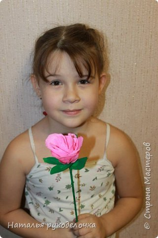 Добрый день, Страна мастеров! Дочка, ей 6 лет, сделала вот такую розочку из гофрированной бумаги.  фото 5
