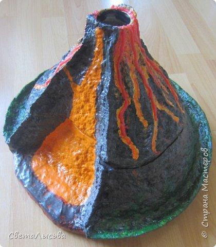Здравствуйте, все, кто зашел в гости! Это модель вулкана, она же ночник, мини-лаборатория для опытов, копилка для монеток и хранилище для всяких очень нужных детских секретиков. Итак, поехали. фото 2