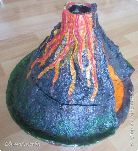 Здравствуйте, все, кто зашел в гости! Это модель вулкана, она же ночник, мини-лаборатория для опытов, копилка для монеток и хранилище для всяких очень нужных детских секретиков. Итак, поехали. фото 1