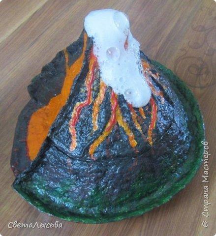 Здравствуйте, все, кто зашел в гости! Это модель вулкана, она же ночник, мини-лаборатория для опытов, копилка для монеток и хранилище для всяких очень нужных детских секретиков. Итак, поехали. фото 19