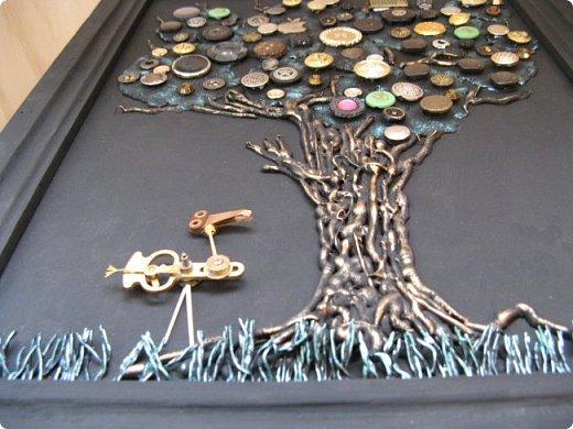 Из кучки накопившихся пуговиц выросло дерево, а птиц родился в процессе из деталей от старых советских будильников. Друзья, подскажите как украсить (раскрасить) рамку...мой эстетический вкус пока молчит. фото 9