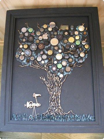 Из кучки накопившихся пуговиц выросло дерево, а птиц родился в процессе из деталей от старых советских будильников. Друзья, подскажите как украсить (раскрасить) рамку...мой эстетический вкус пока молчит. фото 10