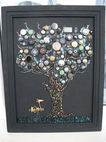 Из кучки накопившихся пуговиц выросло дерево, а птиц родился в процессе из деталей от старых советских будильников. Друзья, подскажите как украсить (раскрасить) рамку...мой эстетический вкус пока молчит. фото 1