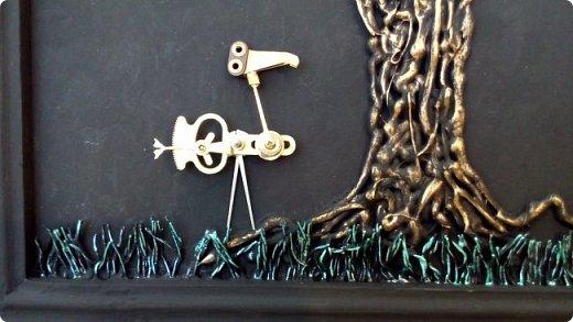 Из кучки накопившихся пуговиц выросло дерево, а птиц родился в процессе из деталей от старых советских будильников. Друзья, подскажите как украсить (раскрасить) рамку...мой эстетический вкус пока молчит. фото 4