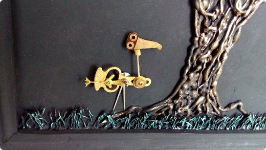 Из кучки накопившихся пуговиц выросло дерево, а птиц родился в процессе из деталей от старых советских будильников. Друзья, подскажите как украсить (раскрасить) рамку...мой эстетический вкус пока молчит. фото 6