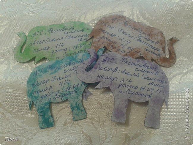 """Доброго времени суток уважаемые жители СМ!  Приглашаю вас на фестиваль слонов в Индию - такими серых гигантов видишь не каждый  день. Каждый год в городе Джайпур проходит красочный Фестиваль Слонов. Это одно из самых значительных событий Индии, на этот праздник приезжают тысячи посетителей, чтобы увидеть слонов - и молодых, и старых - в ярких одеждах, раскрашенных самым причудливым способом. Слоны играют важную роль в индийском обществе. Они присутствуют на открытиях большинства церемоний, на свадьбах, на религиозных праздниках - это огромные животные считают почетными гостями в любой день. И в день фестиваля Elephant Festival Jaipur слоны превращаются из гостей в настоящих героев события. Наездники тщательно моют своих слонов, раскрашивают красками и украшают яркими одеждами. Возможно, на западный вкус эти украшения выглядят излишне аляповато, но таковы местные традиции: на боках слонов можно увидеть целые сценки из жизни, а среди украшений - серебряные и золотые браслеты и кольца, дорогие ткани для бивней, все самое лучшее для серых гигантов.  Источник: http://www.kulturologia.ru/blogs/190815/25882/  Вот таким я увидела 3 этап совместника: https://stranamasterov.ru/node/1087039?c=favorite . Своих слоников я раскрасила """"декупажем"""" салфеток и дополнительно украсила бантиками, стразами и пайетками. На этот раз серия получилась маленькая, свой выбор могут сделать три человека, последнего слоника оставлю себе.  фото 6"""