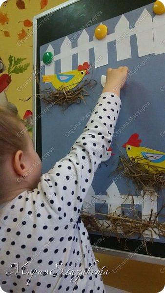 К Празднику Пасхи сделала со своими малышами на работе коллективную аппликацию. На тонированный лист А2 наклеила забор,курочек и сено. фото 2
