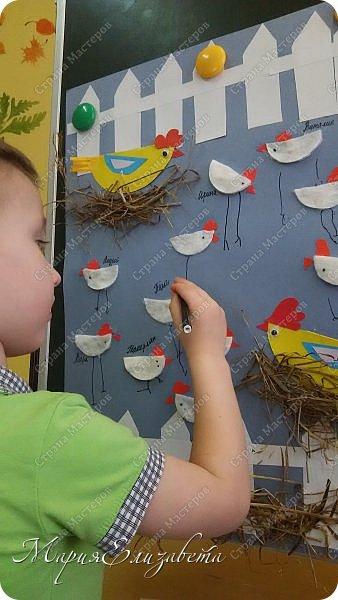 К Празднику Пасхи сделала со своими малышами на работе коллективную аппликацию. На тонированный лист А2 наклеила забор,курочек и сено. фото 3