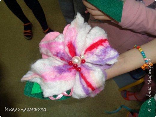 Валяем брошку-цветок в подарок маме! Очень весело!!! фото 5