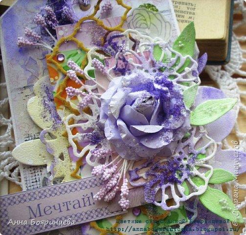 Всем привет!!!!! Очередной тэг, когда посещает вдохновение. Решила немного отойти от основного размера и сделала тэг немного пошире. Вырубку так же подкрашивала акварелью, переплетный картон для объема, обрезки бумаги для многослоя, вырезанные цветочки на кальке, глиттер,камешки, тычинки. фото 3