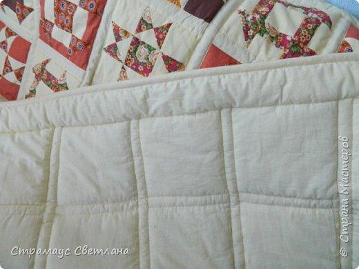 Доброго времени суток всем кто заглянул на мою страничку) Ура!!! Я  наконец то дошила моё первое большое лоскутное одеяло. Размер 210 х 150, синтепон  плотностью 200. В работе использовала только  отечественные ситцы. Одеяло состоит из двух видов блоков: звезда Огайо и мельница, в разных сочетаниях тканей эти блоки смотрятся совершенно по разному. фото 6