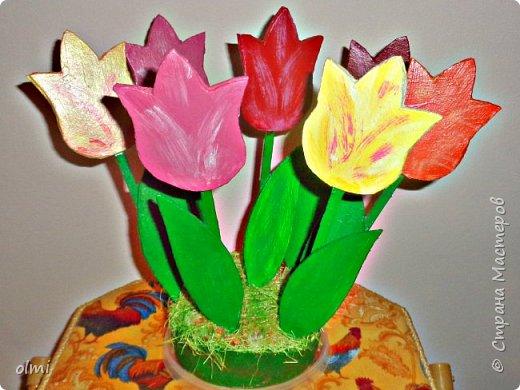 """Весенняя поделка в детский садик. Идея взята из любимого мною блога Ларисы:  http://stranamasterov.ru/node/516822 . Только там тюльпаны из глины, а мы обошлись картоном. У меня накопилась очень полезная коллекция плоских палочек, которые Уже и длиннее, чем палочки от мороженого. Цветы - из сдвоенного ХОРОШЕГО полиграфического картона, между которым вклеена палочка. Клеила на """"Жидкие гвозди"""", закрепляя на время прищепками, так как палочка мешала склеиваться толстому негнущемуся картону. Закреплены на """"клумбе"""" пластилином и гипсом, как показано в МК Ларисы. Тюльпаны красил Витя, я, конечно, подправила огрехи и добавила оттенков. фото 3"""