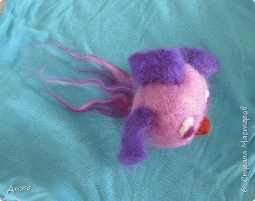 Всем большущий приветик!!! Показываю вам свою новую игрушку Рыбка-петушок. Вот он такой замечательный и яркий! Игрушку сделала на кружке валяния в школе. А цвет такой выбрала, потому что это мои любимые сочетания оттенков. По гороскопу я рыбка и люблю рыбок :-) фото 1