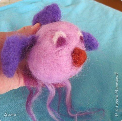 Всем большущий приветик!!! Показываю вам свою новую игрушку Рыбка-петушок. Вот он такой замечательный и яркий! Игрушку сделала на кружке валяния в школе. А цвет такой выбрала, потому что это мои любимые сочетания оттенков. По гороскопу я рыбка и люблю рыбок :-) фото 2