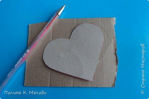 Всем привет гостям моей странички и друзьям .Решила порадовать вас МК, мы сделаем приятное сердце в подарок .Для этого нам потребуется плотный картон,белая бумага,клей ПВА,моток пряжи,ножницы,ручка,клеевой пистолет или другой крепкий клей,декор по желанию. фото 8