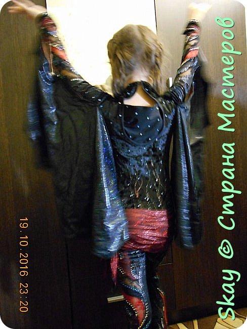 Костюм летучей мыши. Комбинезон из черного стрейч-бархата, вставки черное и красное кружево, искусственная стрейч-кожа (крылья из нее же). Маска бархатная - ручная работа. Юбочка бахрома (потом ее заменили). фото 3