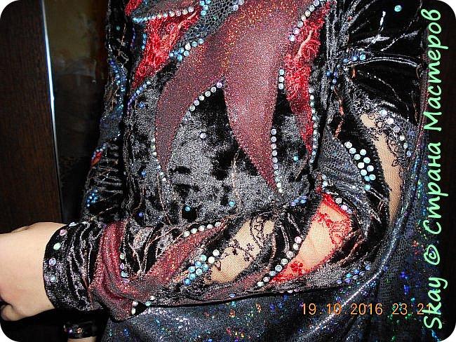 Костюм летучей мыши. Комбинезон из черного стрейч-бархата, вставки черное и красное кружево, искусственная стрейч-кожа (крылья из нее же). Маска бархатная - ручная работа. Юбочка бахрома (потом ее заменили). фото 6