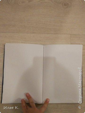 Добрый день! Сегодня я вам покажу мой блокнот ручной работы. Основа обложки картон. Прошитый на машинке. И мне помогала мама. фото 3