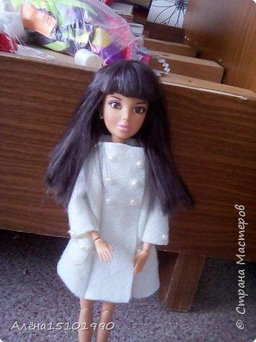 Всем приветик! А мы тут вновь занимались  нашими кукляшками с дочкой.Лорику сшили джинсы и связали кофточку без рукавов. Браслетик делала сама Лиля.  фото 3