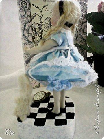 """Поделюсь с вами своими муками творчества). Очень хотелось приложить руки в изготовлении куклы, но скульптор из меня просто помолчу какой.)) Я понимала, что можно начать тренироваться лепить и тогда лет через... Но мне хотелось сейчас и сразу)) и тут главное желание и тогда...помните, как в """"Алхимике"""" у Коэльо """"Когда чего-нибудь сильно захочешь, вся Вселенная будет способствовать тому, чтобы желание твоё сбылось"""". В промтоварном магазине попалась у кассы куколка китайская..взяла с созревающим в голове планом -переделать. фото 6"""