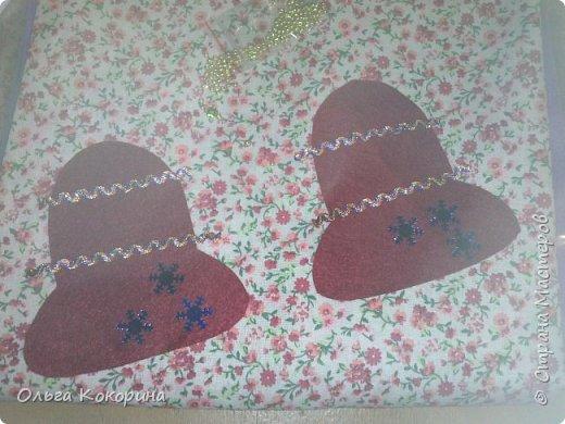На Новый год или Рождество можно сделать ёлочные украшения своими руками! Пусть новый год еще далеко, но как говорят, готовь сани летом! Нам понадобиться фетр любого цвета, ножницы, бусинки, красивые ленточки для украшения, нитки, иголка.  готовим шаблон для будущей игрушки. Я выбрала форму колокольчика. Вырезаем из фетра две детали. фото 2