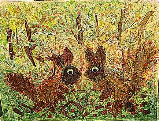 """Поймала себя на мысли, что детский садик задает нам темы для творчества )). Поделка на последний праздник осени. Выбрала аппликацию листьями, чтобы легко можно было сделать вместе с Витей. Грунтованный картон 40 х 30, засушенные листья, ягоды, кусочки коры. Фон  Витя рисовал """"водянистым """" акрилом (получился эффект акварели), тычками кисти и пальцами изобразил листья, мазками - стволы деревьев. Я подрисовала тонкие ветки маркером и приклеила мелкие кусочки коры. Белок, конечно, я выложила, прикинула расположение, Витя помогал клеить. Потом покрыла все акриловым лаком.  фото 5"""