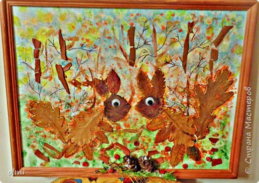 """Поймала себя на мысли, что детский садик задает нам темы для творчества )). Поделка на последний праздник осени. Выбрала аппликацию листьями, чтобы легко можно было сделать вместе с Витей. Грунтованный картон 40 х 30, засушенные листья, ягоды, кусочки коры. Фон  Витя рисовал """"водянистым """" акрилом (получился эффект акварели), тычками кисти и пальцами изобразил листья, мазками - стволы деревьев. Я подрисовала тонкие ветки маркером и приклеила мелкие кусочки коры. Белок, конечно, я выложила, прикинула расположение, Витя помогал клеить. Потом покрыла все акриловым лаком.  фото 3"""